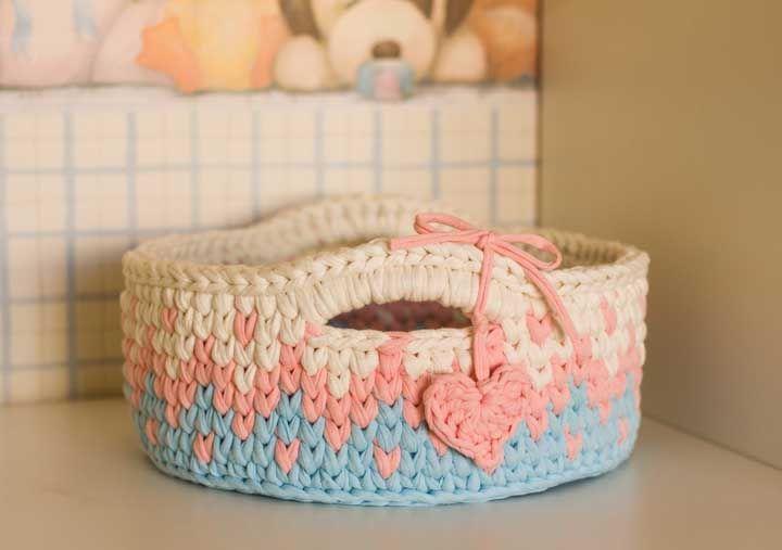 O que acha de guardar o kit de higiene do bebê em um cestinho de crochê? Fica bonito, prático e funcional