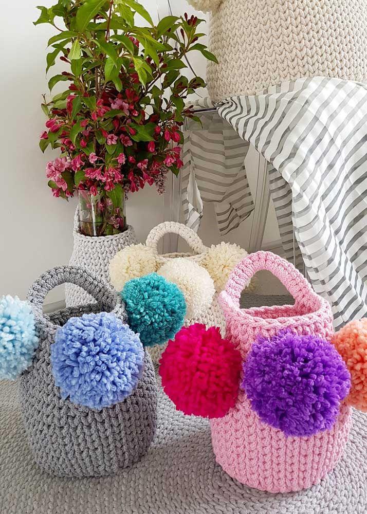 Que charme esses cestos de crochê decorados com pompons