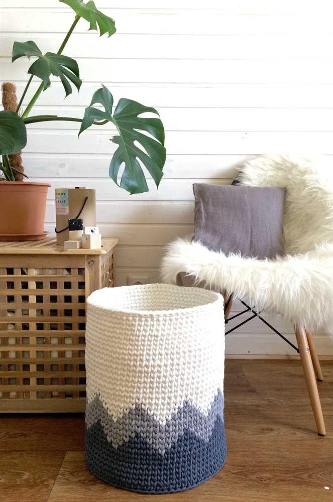 O cesto de crochê alto, como o da imagem, possui inúmeras funções na organização da casa, sem contar que ele é muito decorativo