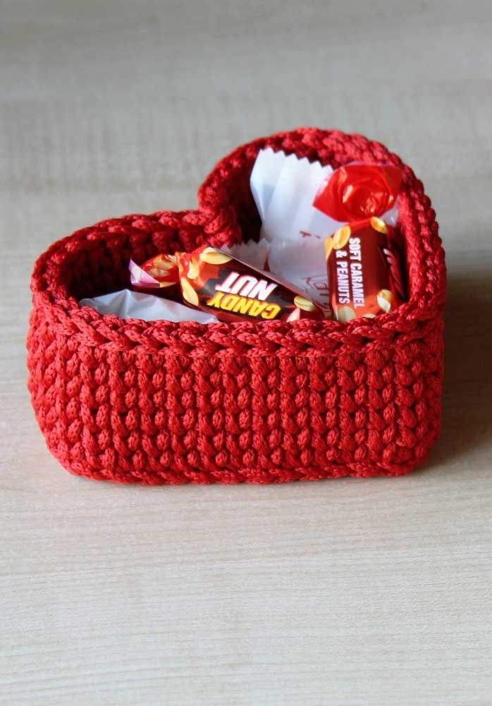 Coração de açúcar: o cesto de crochê foi usado aqui para guardar doces