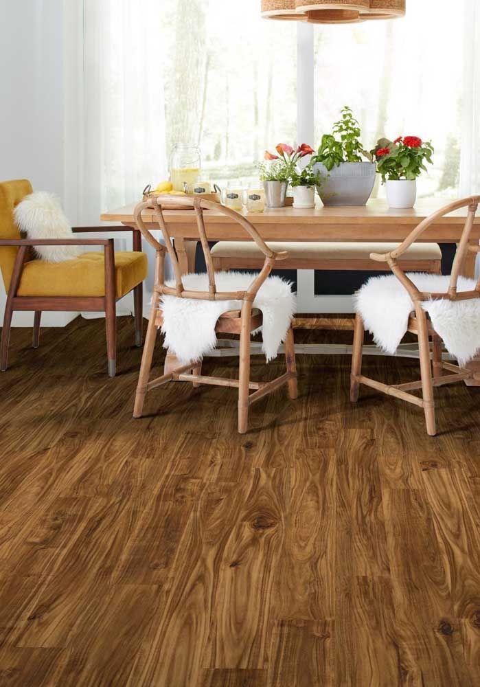 Os veios e texturas da madeira ficam em evidência com a aplicação do sinteco