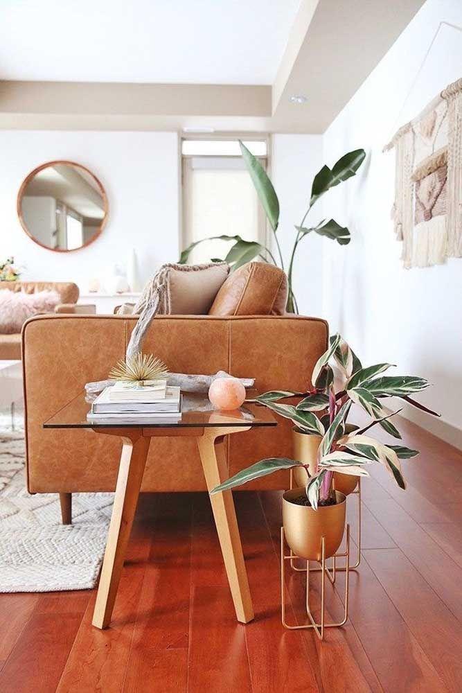 Previna riscos e arranhões sobre o piso de madeira usando pedacinhos de feltro nos pés dos móveis