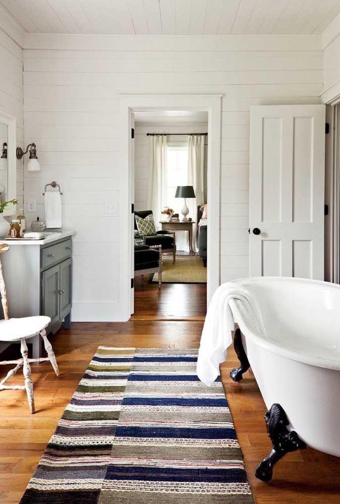 No banheiro, o cuidado com a umidade deve ser redobrado, não é a toa que essa passadeira está colocada bem ao lado da banheira