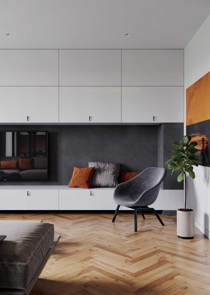 Apesar de ser um piso mais caro, o piso de madeira acaba compensando o custo já que com os devidos cuidados pode durar uma vida inteira