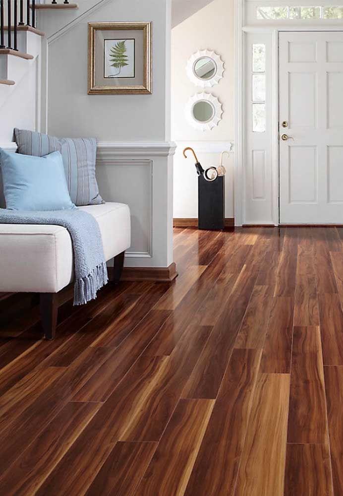 Já os pisos de madeira mais modernos usam réguas de madeira maiores e em linha reta