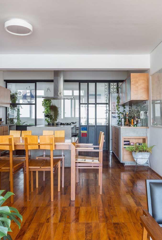 A cor do piso de madeira também é importante e esse detalhe depende do tipo de madeira usada na fabricação do revestimento; lembre-se que o sinteco evidencia os tons