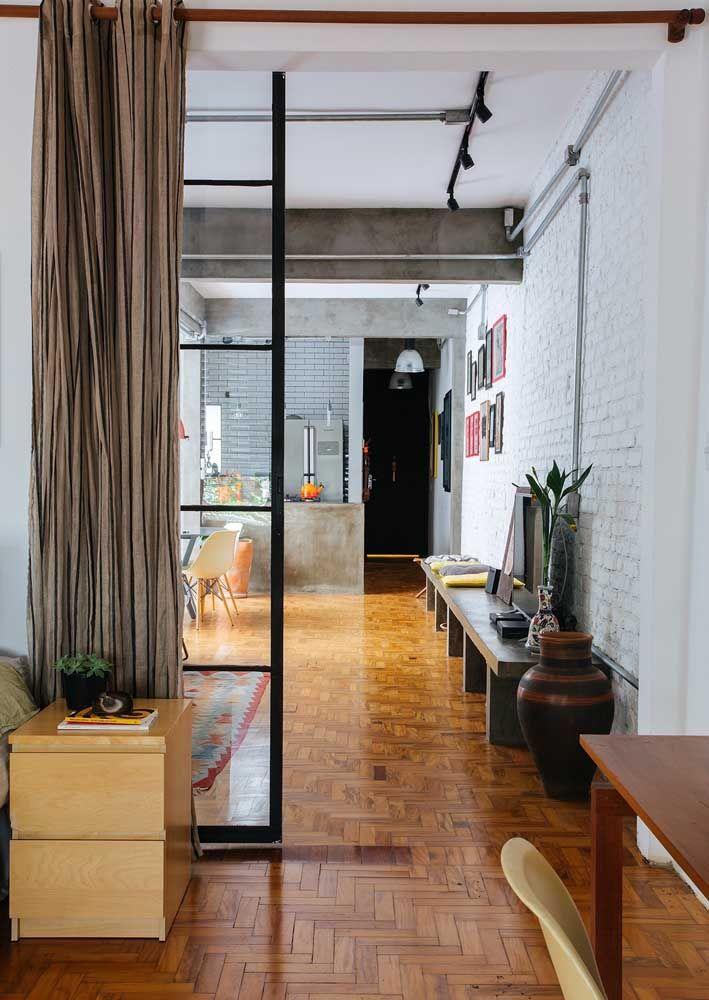 Tem piso de madeira na decor industrial também e ele deve ser tratado com o mesmo carinho