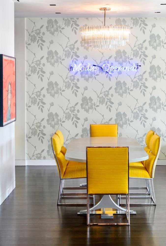 Que tal usar o neon para destacar uma das paredes da sala de jantar?