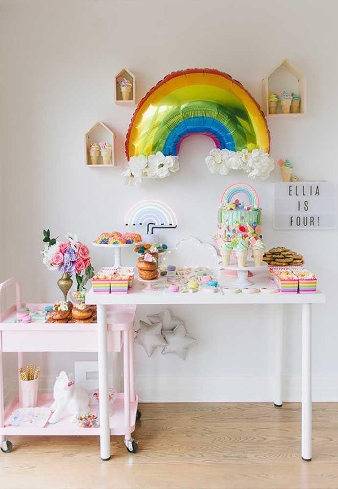 O neon pode ser o tema da festa de aniversário. Por ser colorido, fica mais fácil usar vários elementos decorativos