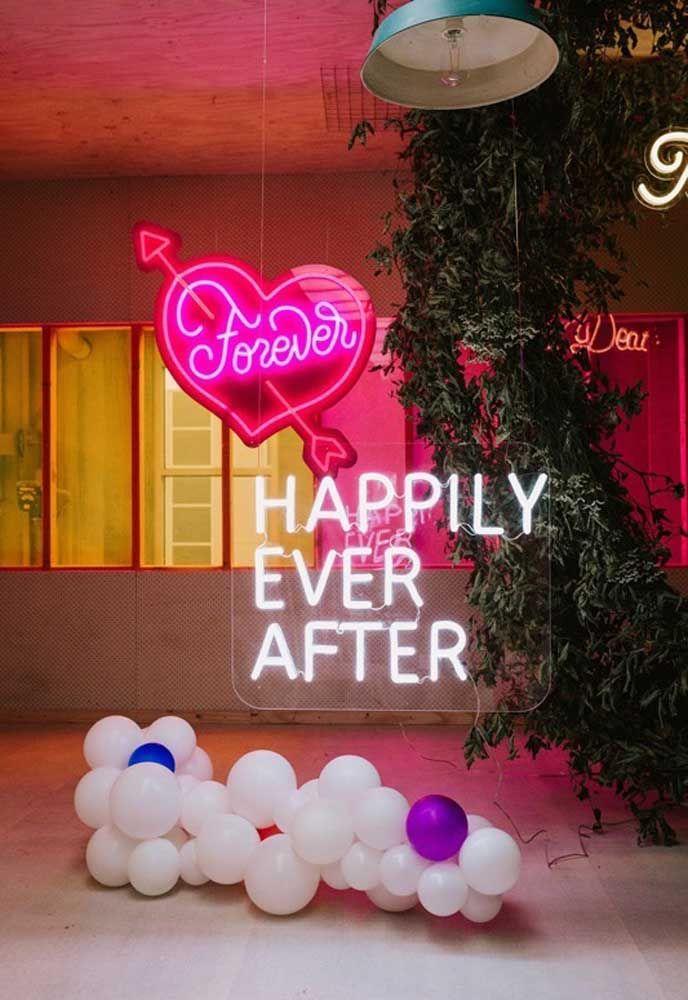 Use vários tipos de luzes de neon para fazer a decoração de aniversário. Você pode fazer uma frase solta ou colocar dentro de um coração