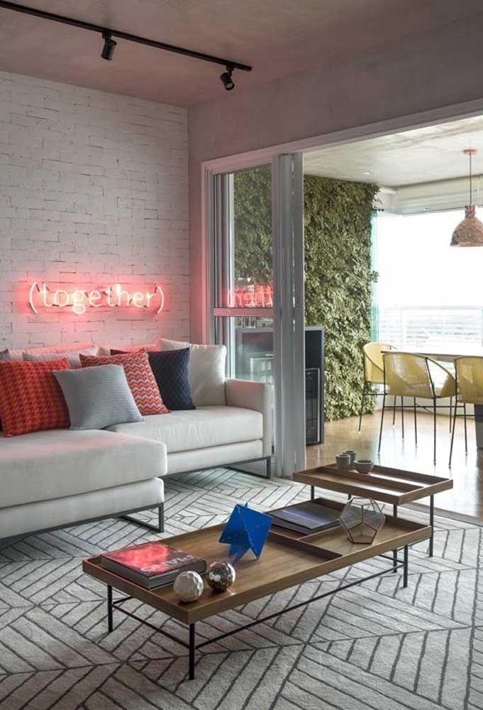 A luz neon na cor vermelha é uma ótima oportunidade de decorar um ambiente mais clean