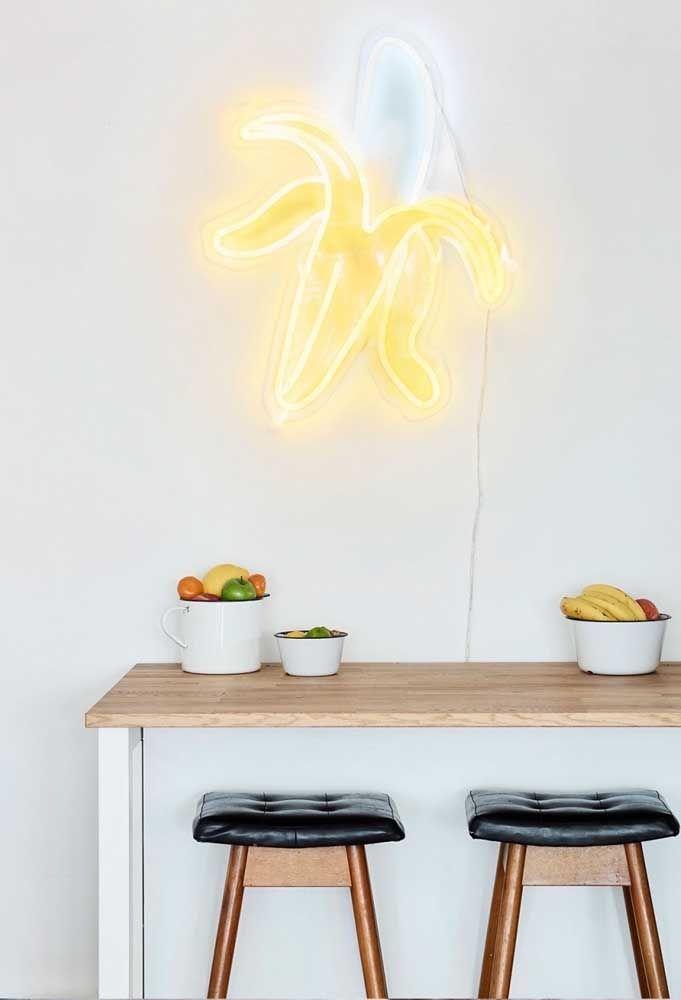 Agora se a intenção é fazer algo mais divertido, que tal colocar uma banana descascada na parede da cozinha?