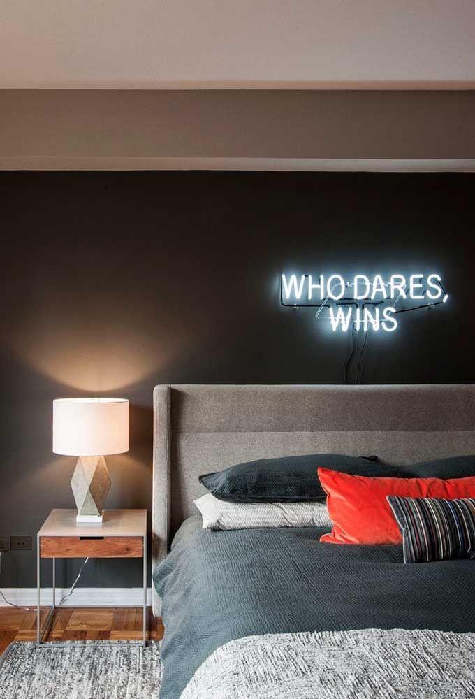 Para destacar uma parede mais sóbria, use luzes neon. Faça uma frase engraçada ou algo mais romântico