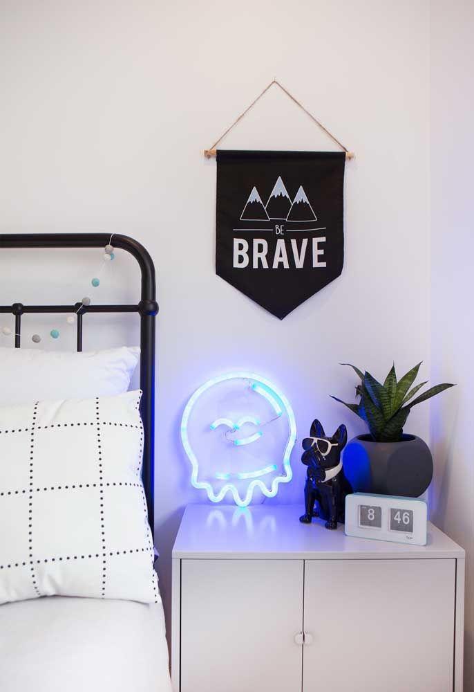 Troque o abajur por uma luminária feita de neon e coloque no criado-mudo para iluminar seu quarto