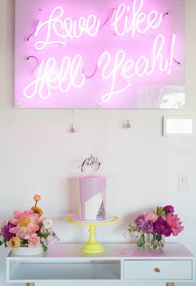 O painel da festa de aniversário é um item decorativo que não pode faltar. A luz neon além de destacar a parede, pode ser usada para passar alguma frase aos convidados