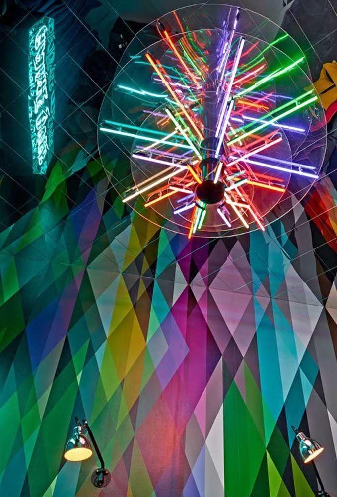 Que tal fazer uma festa dançante como tema do aniversário? Para decorar, nada melhor do que usar a luz neon em todos os cantos do ambiente