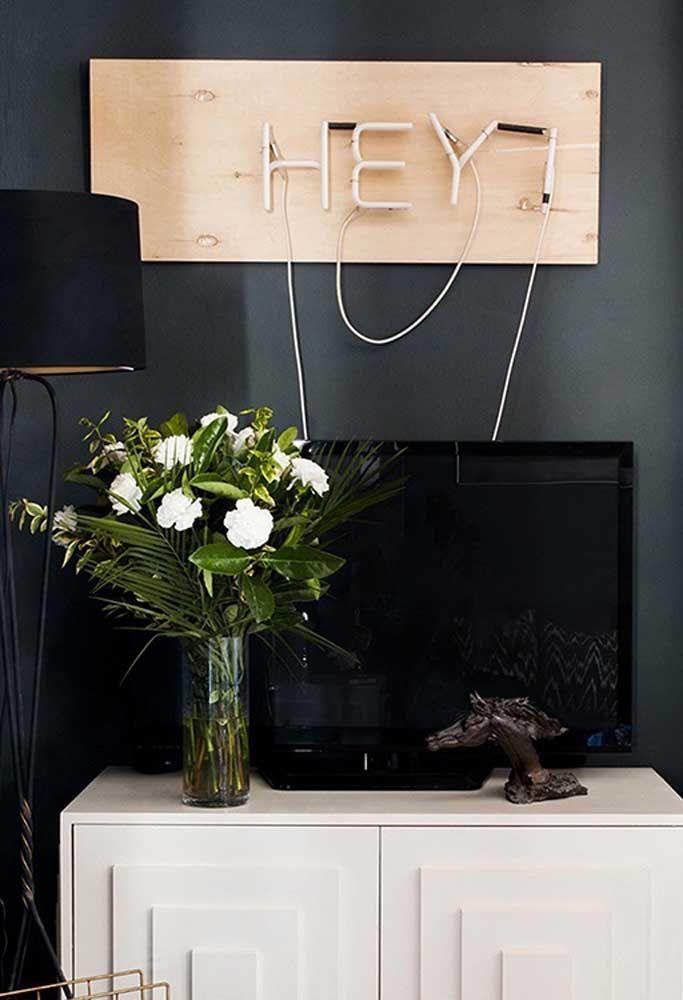 Que tal colocar um letreiro de neon em cima da TV da sala?
