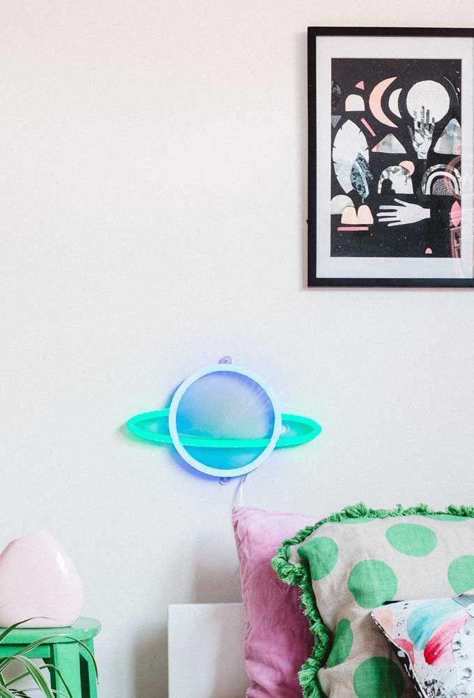 No quarto das crianças você pode usar objetos decorativos feitos com neon para decorar a parede e ainda iluminar o ambiente