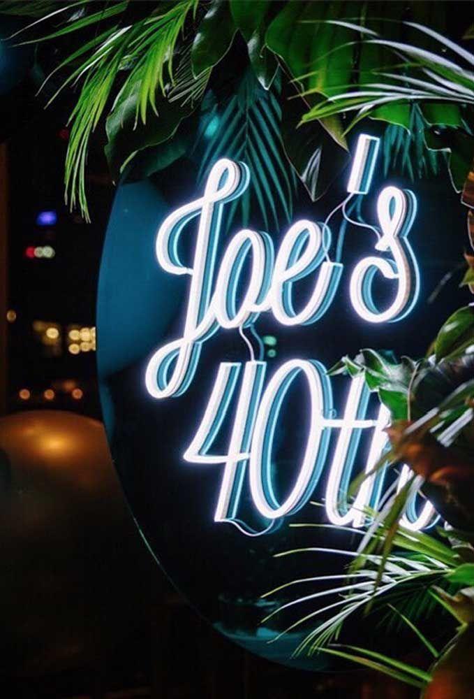Os letreiros de casa de festa, restaurante e bar chamam muito mais atenção se forem feitos de neon