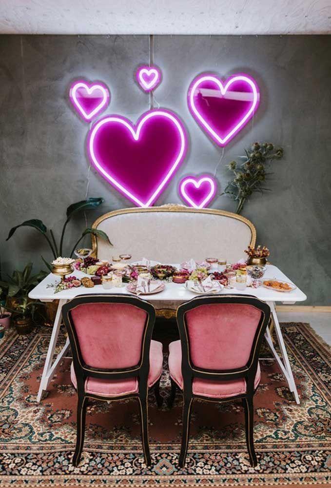 Para proporcionar um ambiente mais romântico, coloque vários corações de neon na parede da sala de jantar