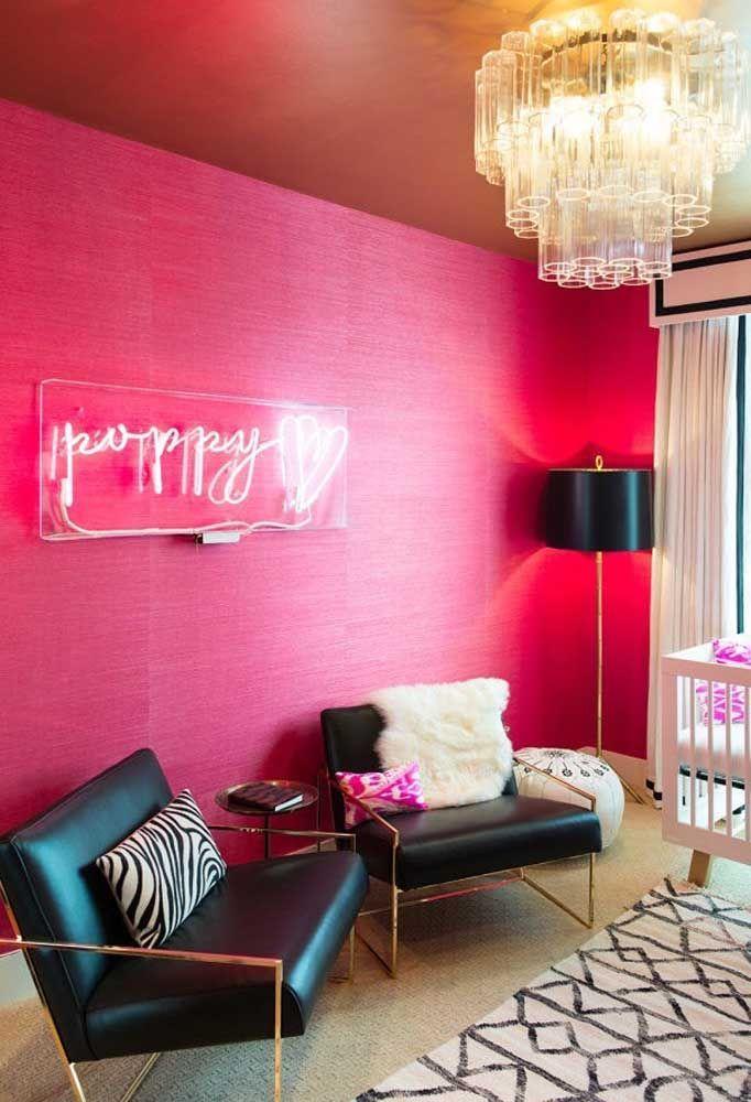 Na parede toda pink, o letreiro neon proporciona um efeito incrível. Além de iluminar o ambiente, o neon deixa o local ainda mais charmoso