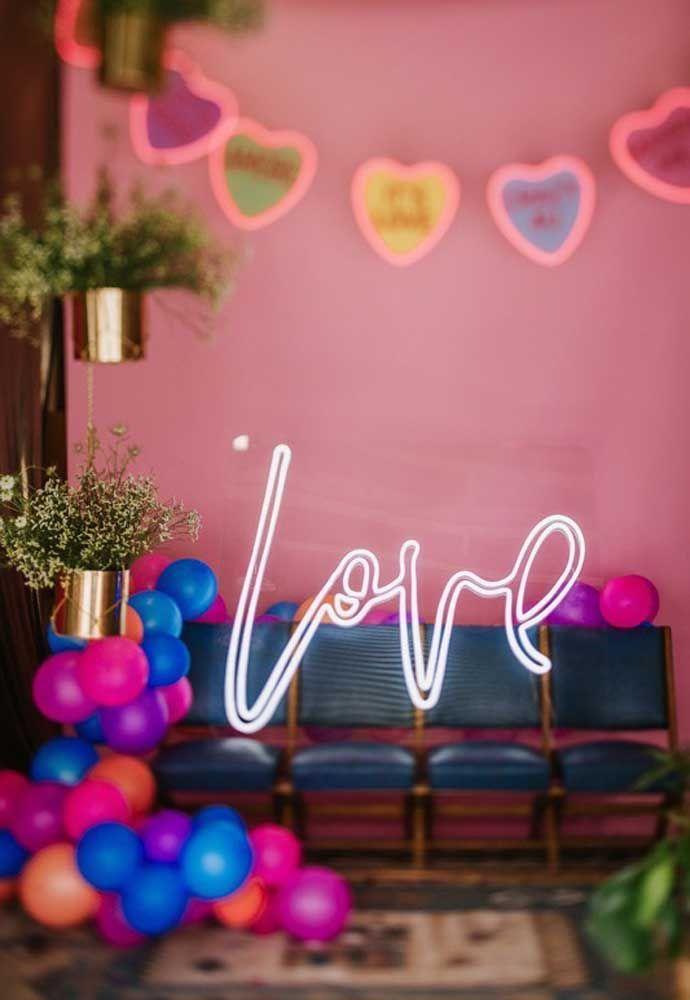 Muito amor nessa decoração de luz neon e balões desconstruídos