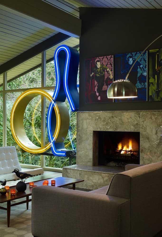 Objetos decorativos ficam ainda mais interessantes com a luz neon. Nesse caso, o destaque ficou pela parede de vidro
