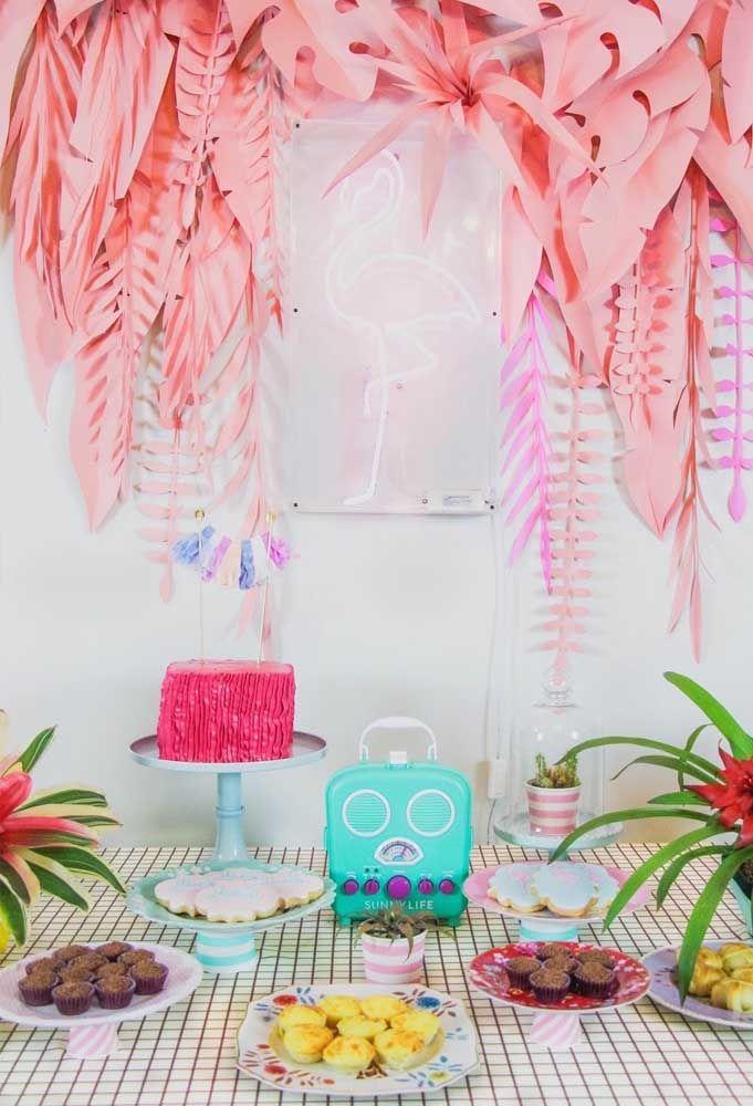 Mais uma vez a luz neon sendo destaque no painel de aniversário. Dessa vez no formato do tema da festa