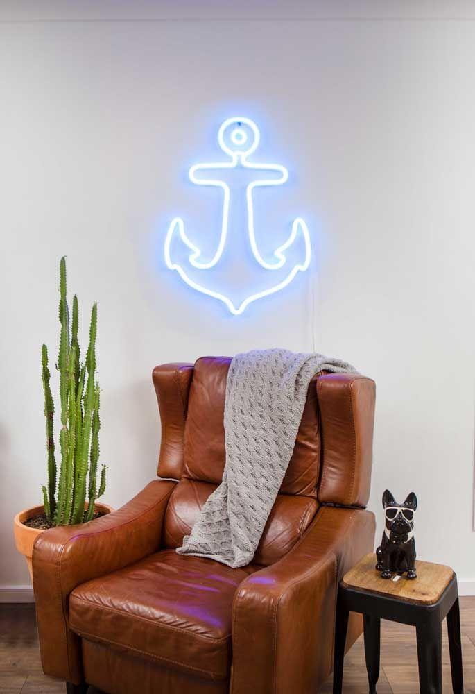 Quem gosta de decoração que esteja ligado ao mar, pode usar uma âncora como um objeto decorativo na parede da sala