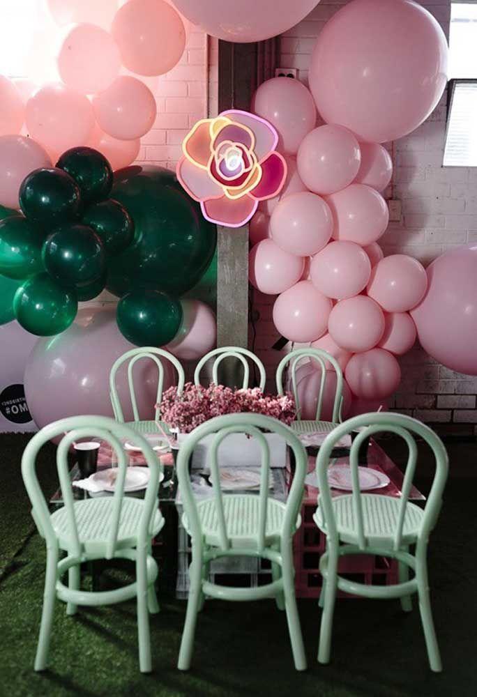 Um objeto decorativo em neon no formato de rosa para colocar nos cantos da festa