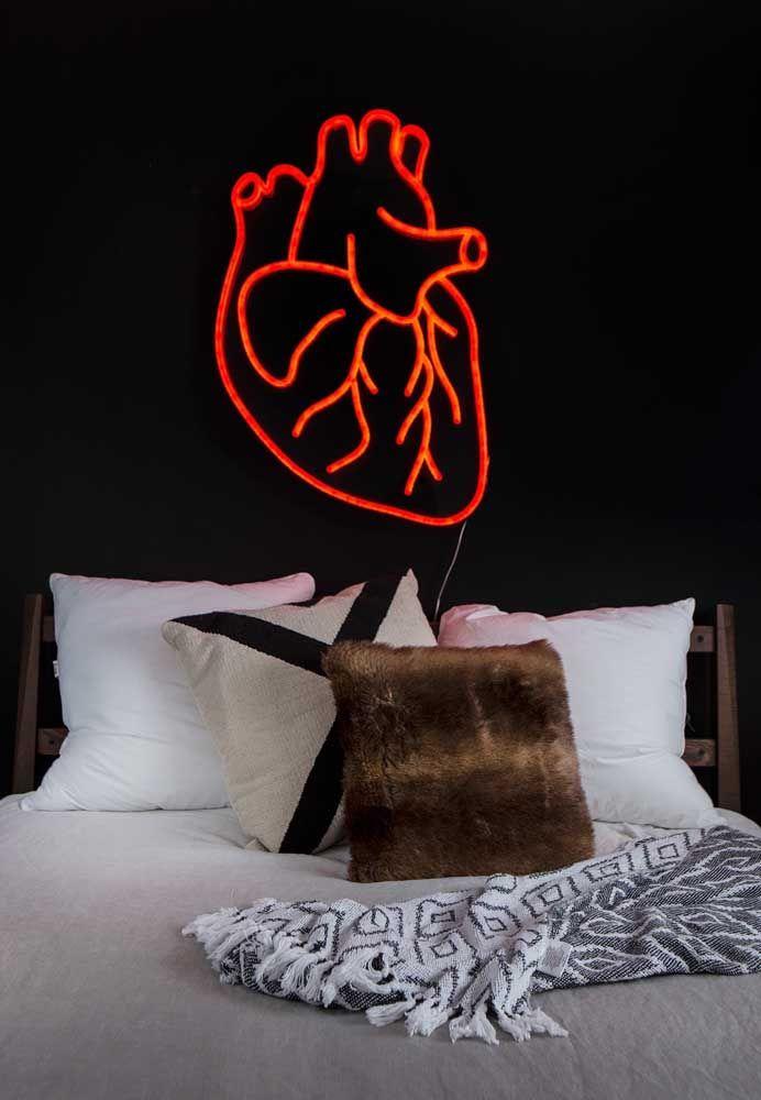 Uma parede totalmente escura pede uma peça mais chamativa como esse coração humano