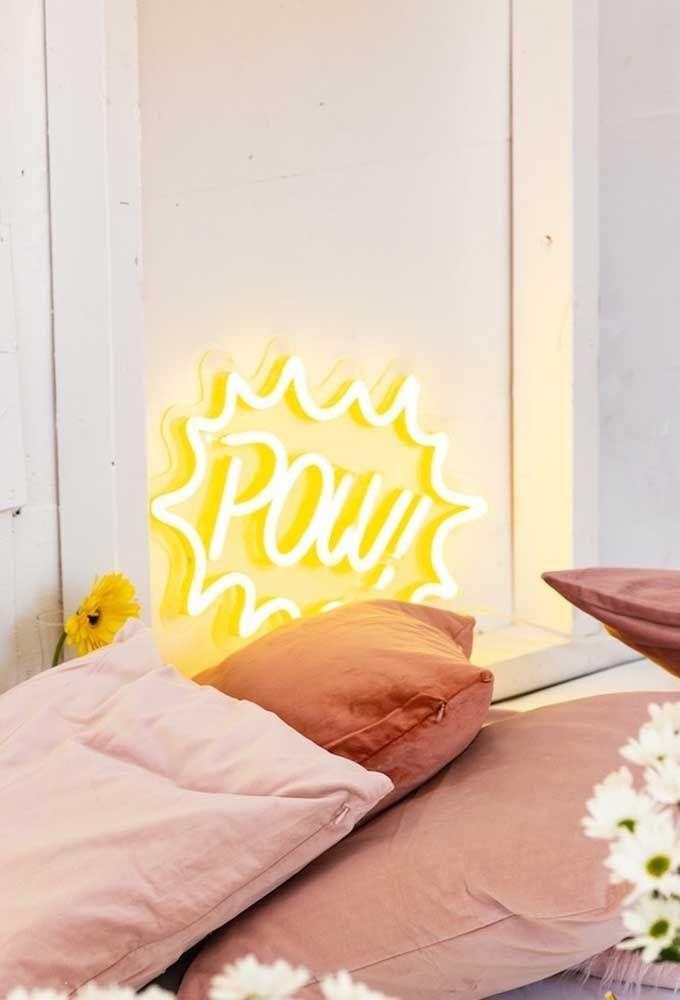 A luz neon no tom amarelo ganha destaque em qualquer cantinho da casa