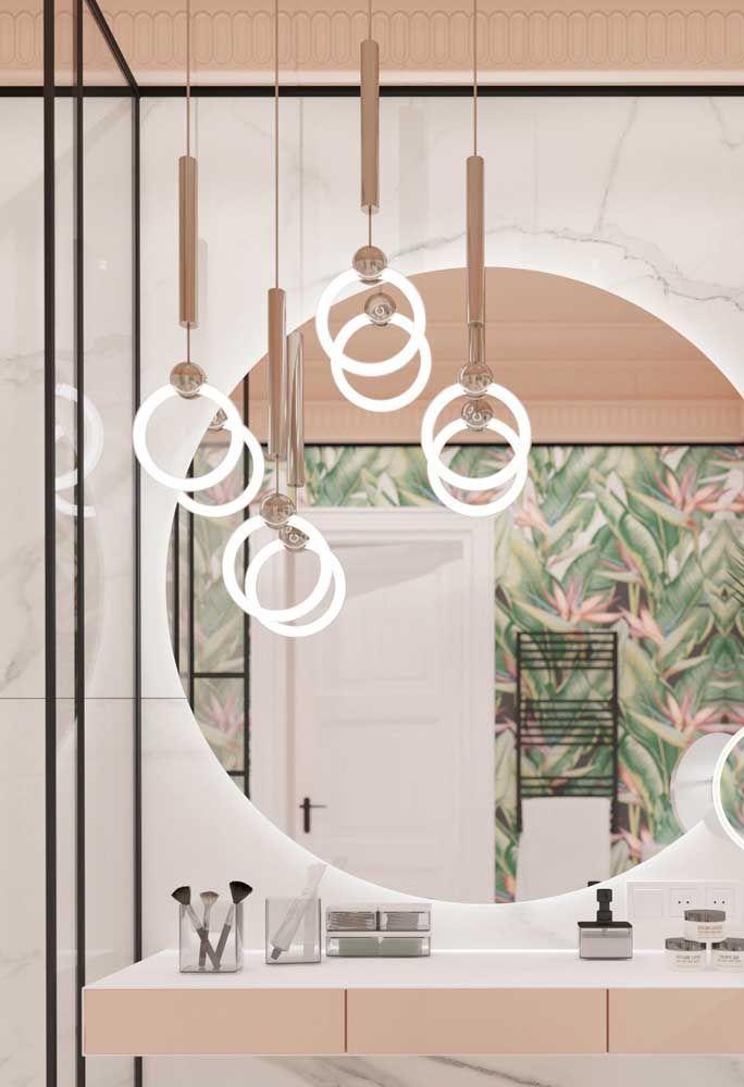 As lâmpadas em formato circular formam o conjunto dessas luminárias pendentes para banheiro