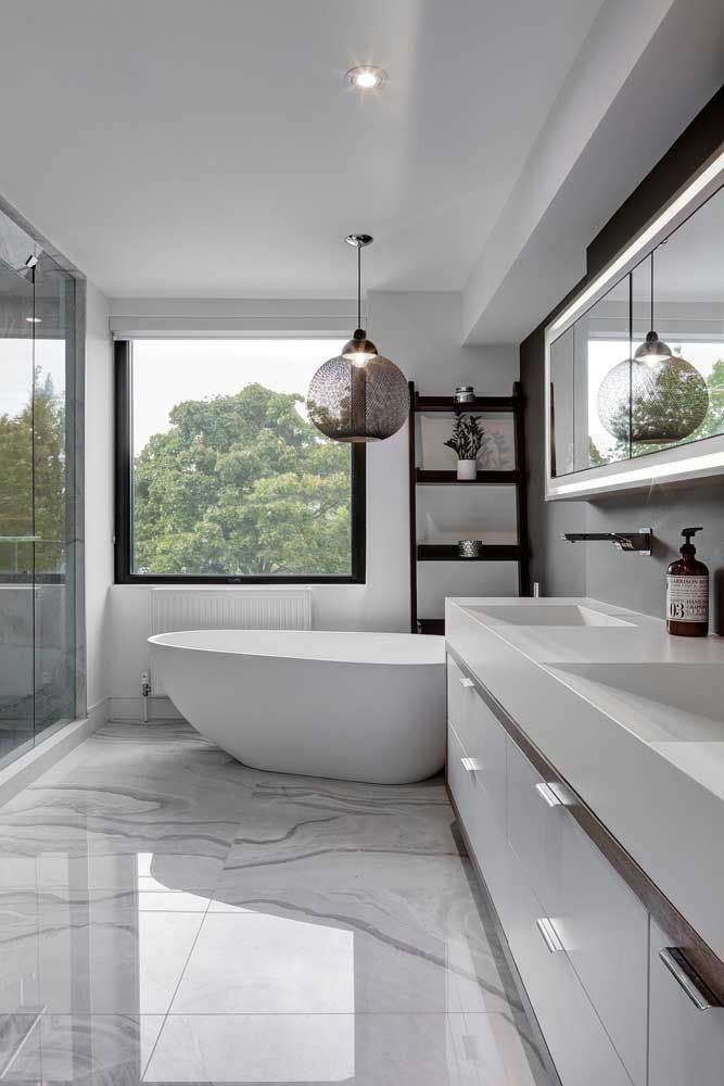 Uma luz agradável e aconchegante sobre a banheira para deixar o banho ainda mais relaxante