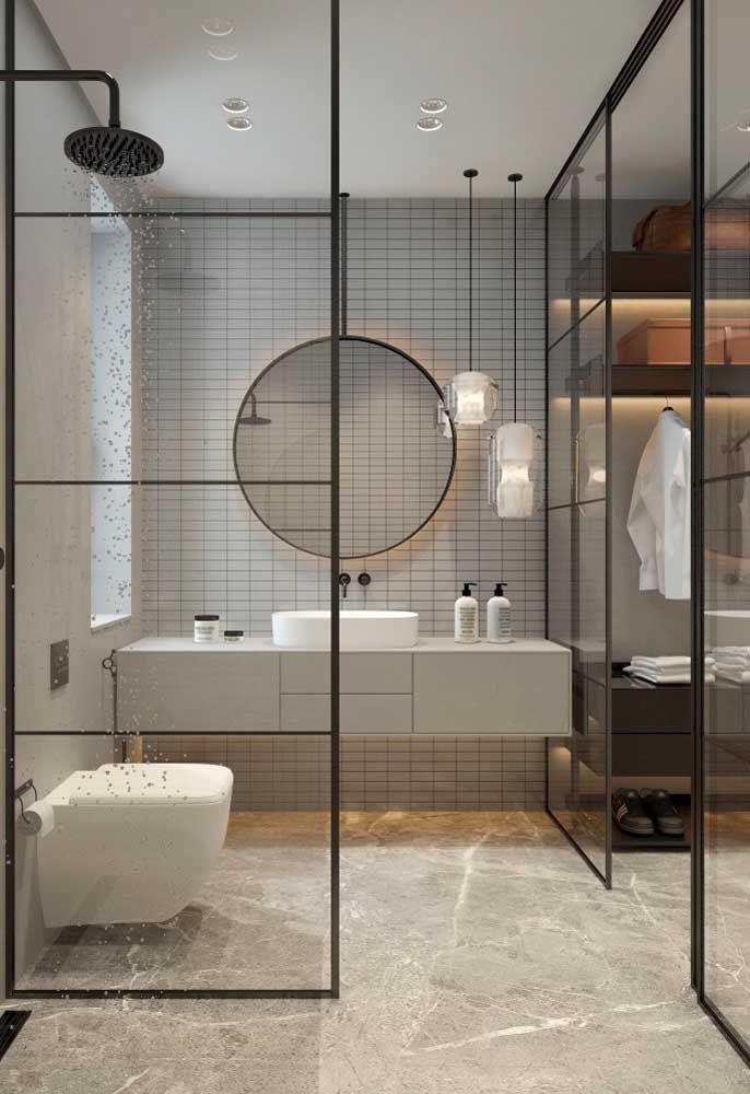 Par de luminárias pendentes ao lado do espelho; a fita de LED reforça a iluminação indireta