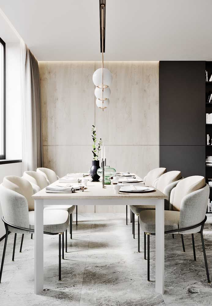 Trio baixo de luminárias para criar aquele clima aconchegante na mesa de jantar; o recomendado é suspender as luminárias cerca de 90 centímetros acima da mesa