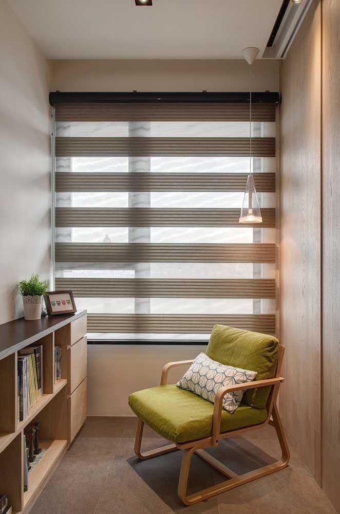 Uma luminária de teto para reforçar a luz nesse cantinho de leitura