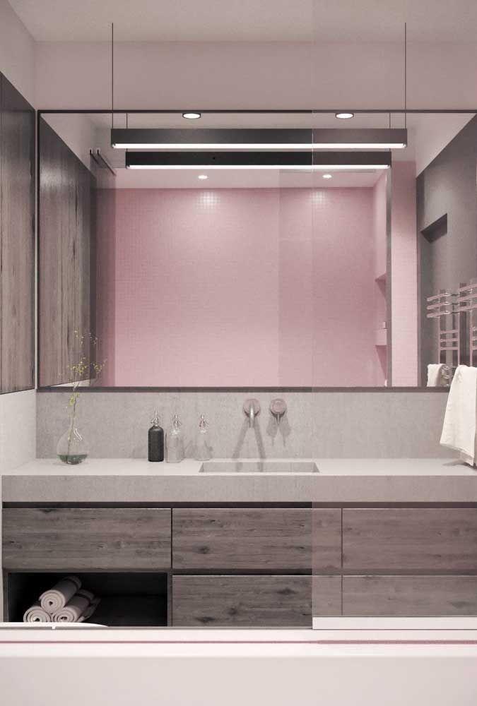 Luminárias simples, mas que combinam muito bem com a proposta desse banheiro