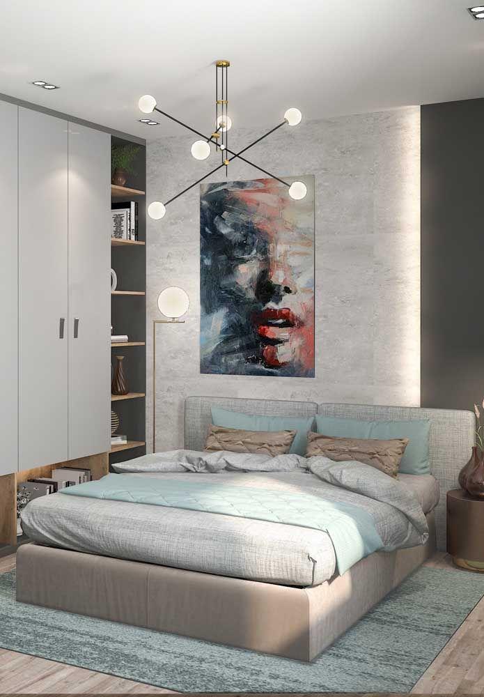Nesse quarto, a luminária de teto é a responsável por dar aquele toque a mais na decoração