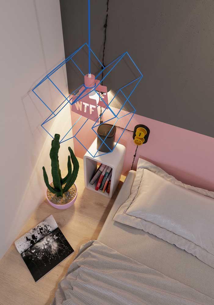 O formato de X e a cor azul da luminária trazem descontração para o quarto