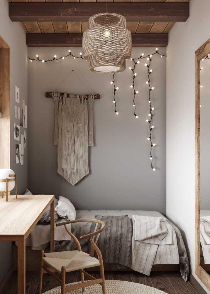 O quarto de estilo boho apostou em uma luminária grande e de fibras naturais para o projeto de decoração