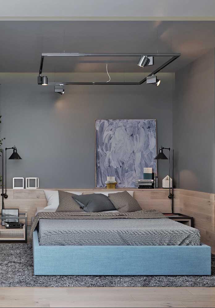 O trilho suspenso com spots traz jovialidade para a decoração do quarto, sem contar que é dele que sai a iluminação principal do ambiente