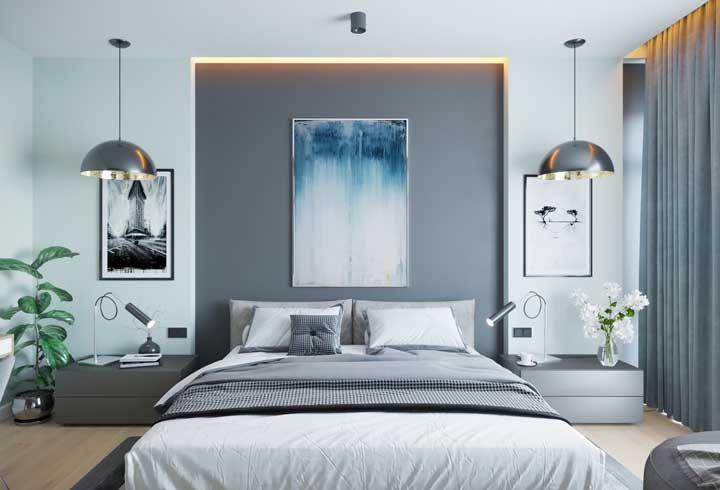 Já nesse quarto de casal, as luminárias suspensas redondas reforçam a iluminação direcionada das luminárias de mesa