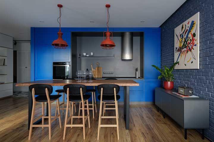 Luminárias vermelhas: aquele contraste harmonioso que a cozinha azul precisava