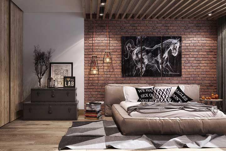 Junto a parede de tijolinhos, luminárias pendentes de ferro