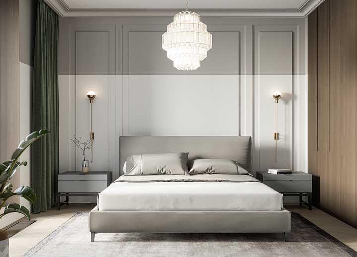 Um lustre clássico e elegante para combinar com a proposta de decoração do quarto, que inclui boisseries e tons neutros suaves
