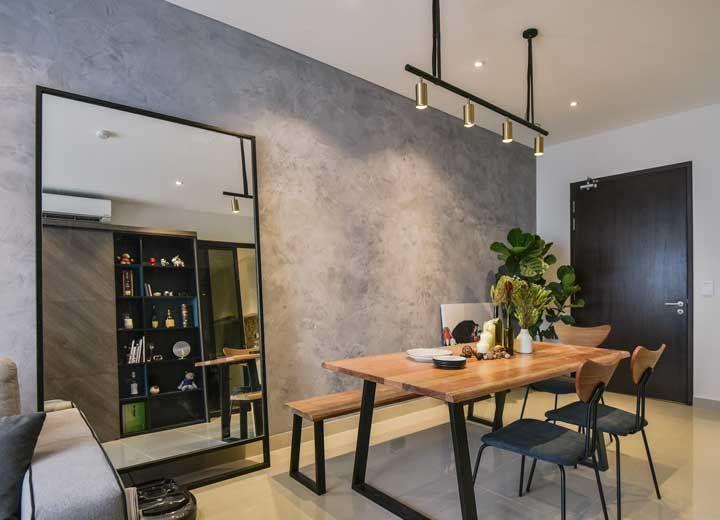 Trilho de luz para sala de jantar: use sposts dourados para deixar o ambiente mais elegante