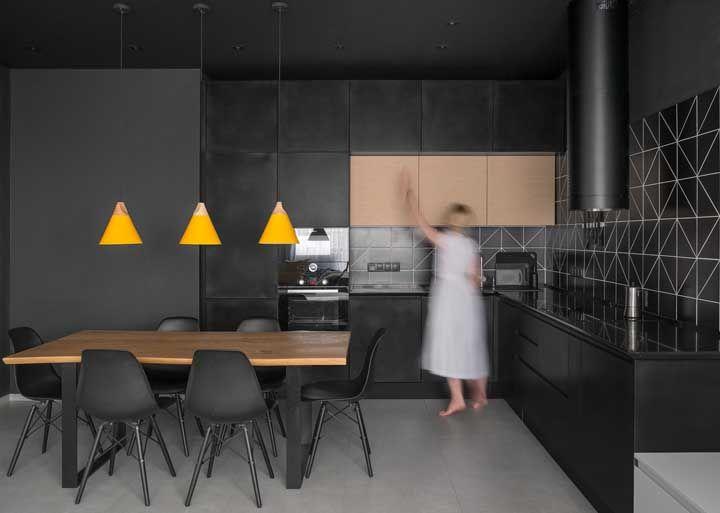 A cozinha preta não podia ter escolhido um conjunto mais adequado de luminárias