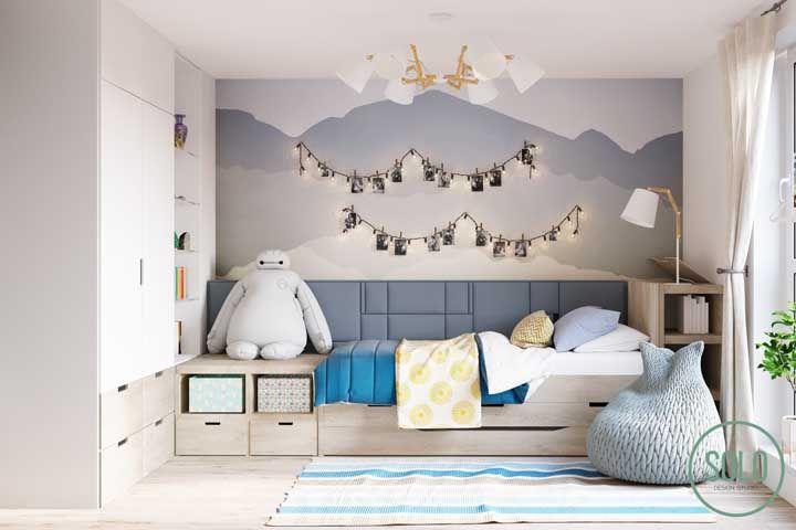 No quartinho infantil, luminária de teto branco com detalhes em madeira clara