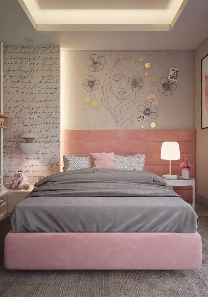 Um quarto com projeto completo de iluminação: luz embutida no forro de gesso, abajur e luminária pendente na lateral da cama